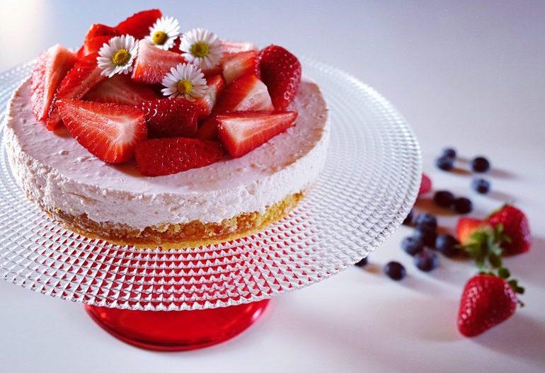 Torte e ftohte me luleshtrydhe
