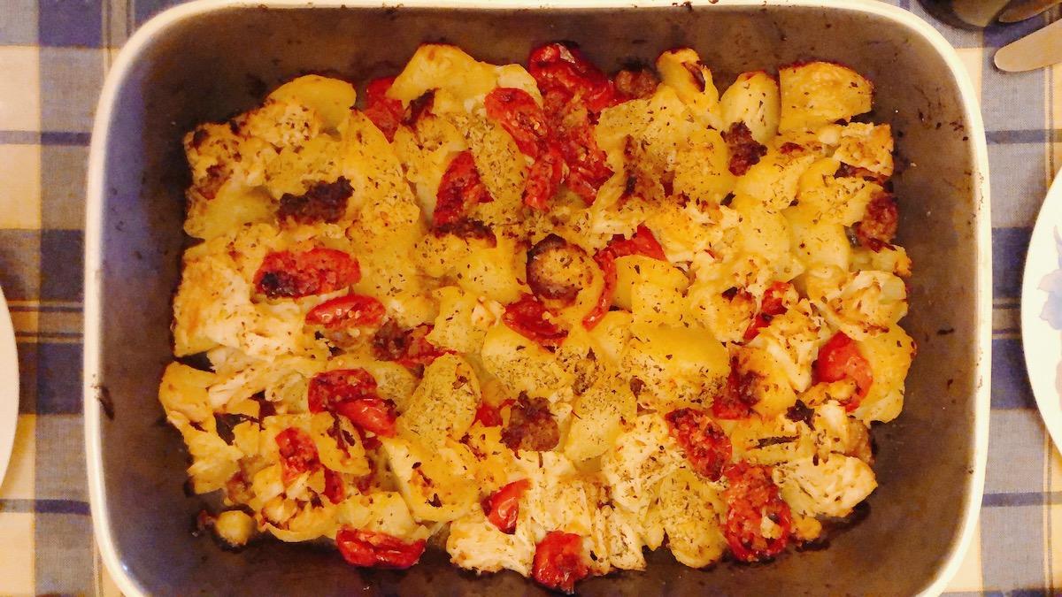 Tave me patate lulelaker domate dhe salcice